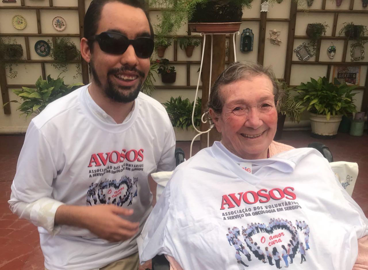 #PraCegoVer: A foto mostra o vereador Lucas Aribé ao lado de Tia Ruth, fundadora da Avosos