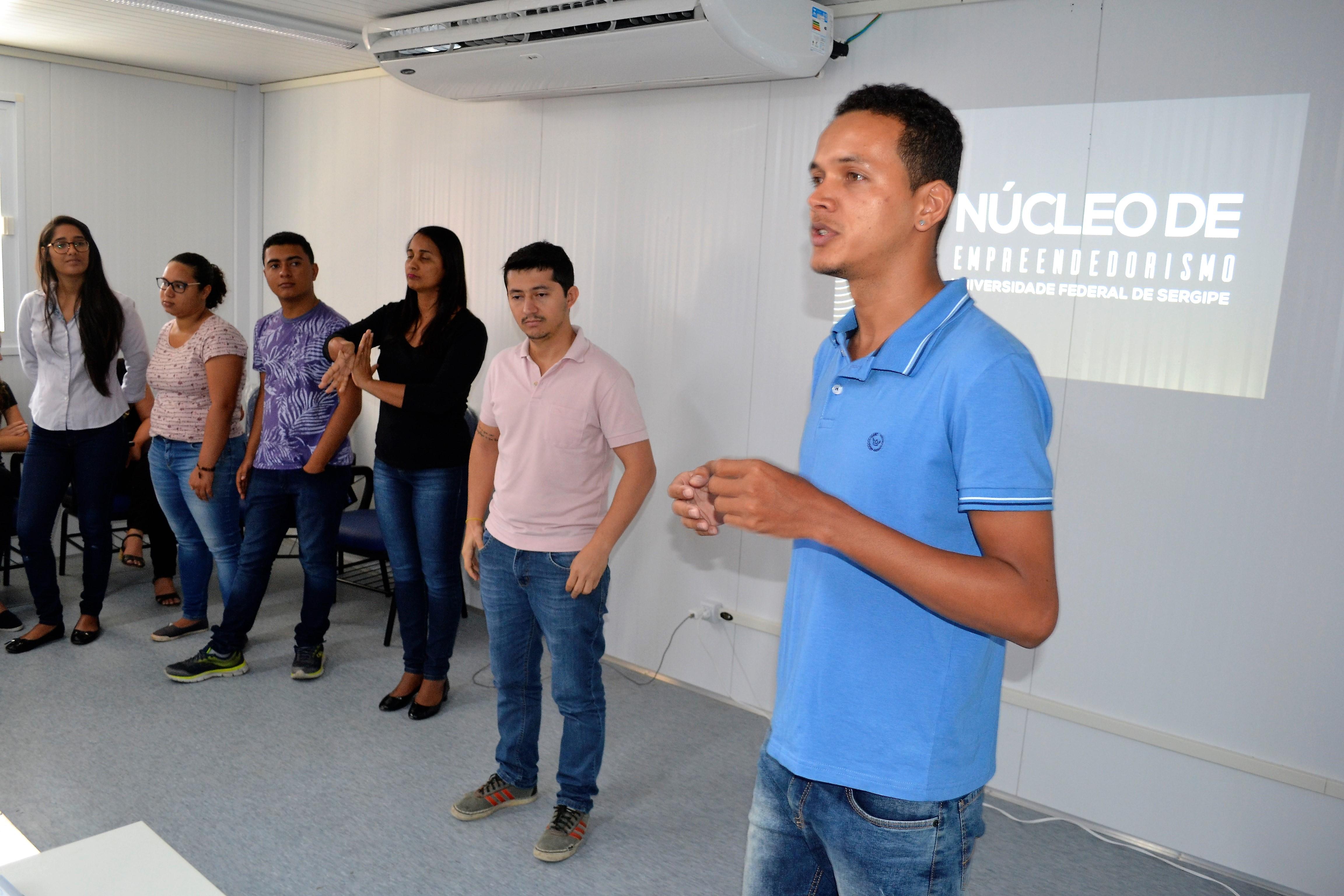 #PraCegoVer - Alunos de Empreendedorismo apresentam projeto