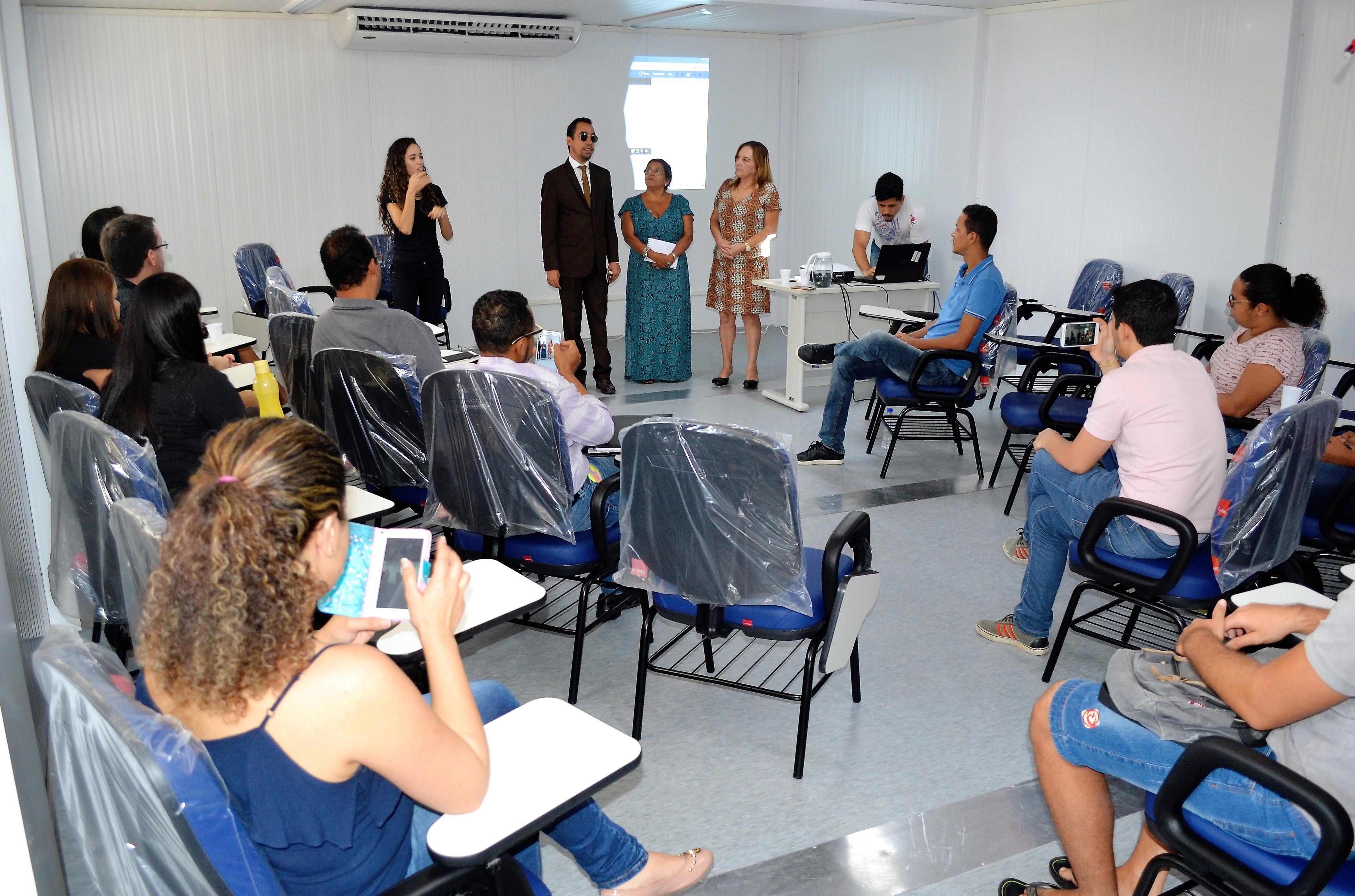 #PraCegoVer - Lucas, professores e alunos da UFS reunidos no Departamento de Letras Libras