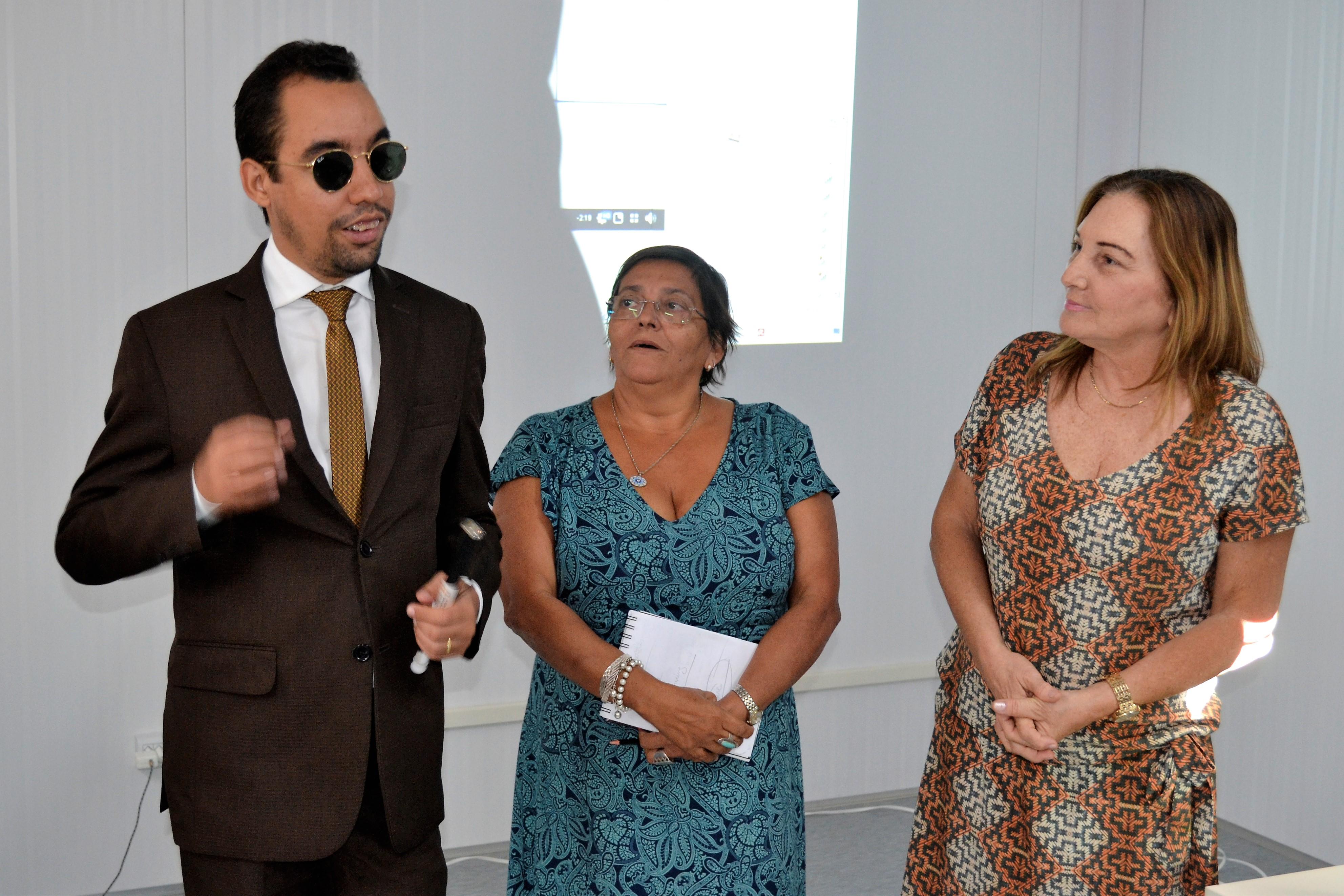 #PraCegoVer - Lucas ao lado das professoras Margarida Teles e Ana Leal