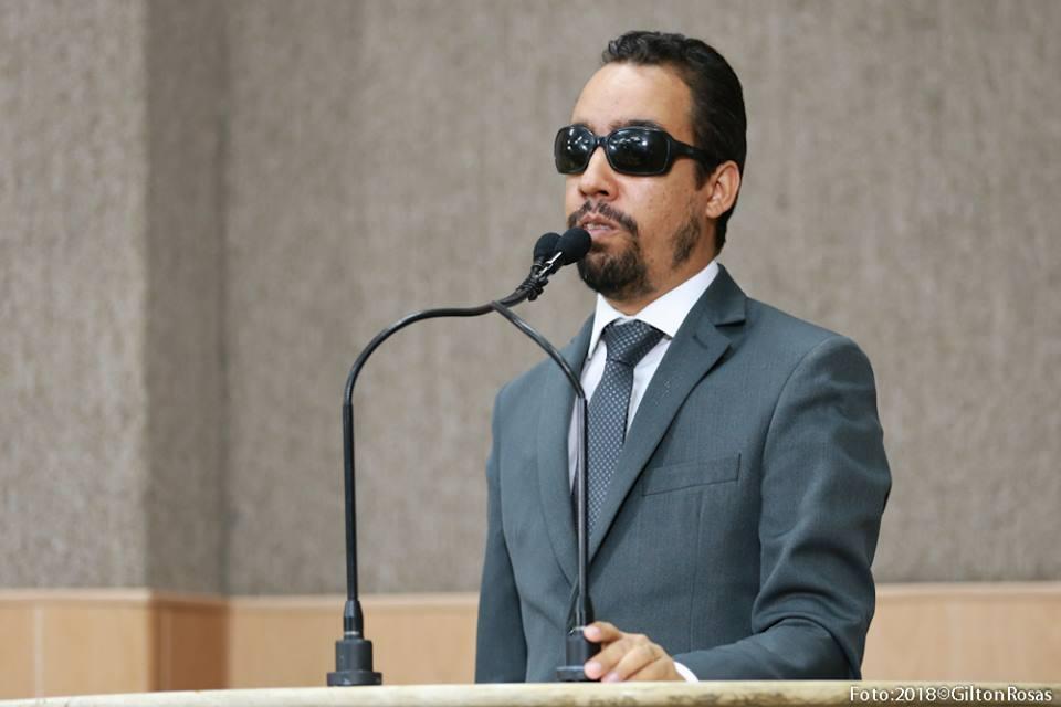 #PraCegoVer:O vereador Lucas Aribé está utilizando a tribuna da Câmara de Vereadores para se pronunciar