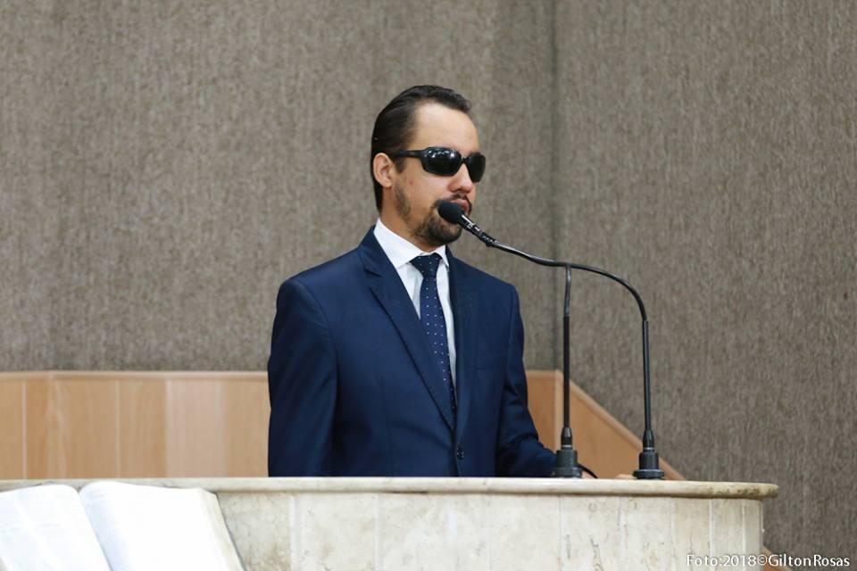 #PraTodoMundoVer: O vereador Lucas Aribé está discursando na tribuna da Câmara de Vereadores