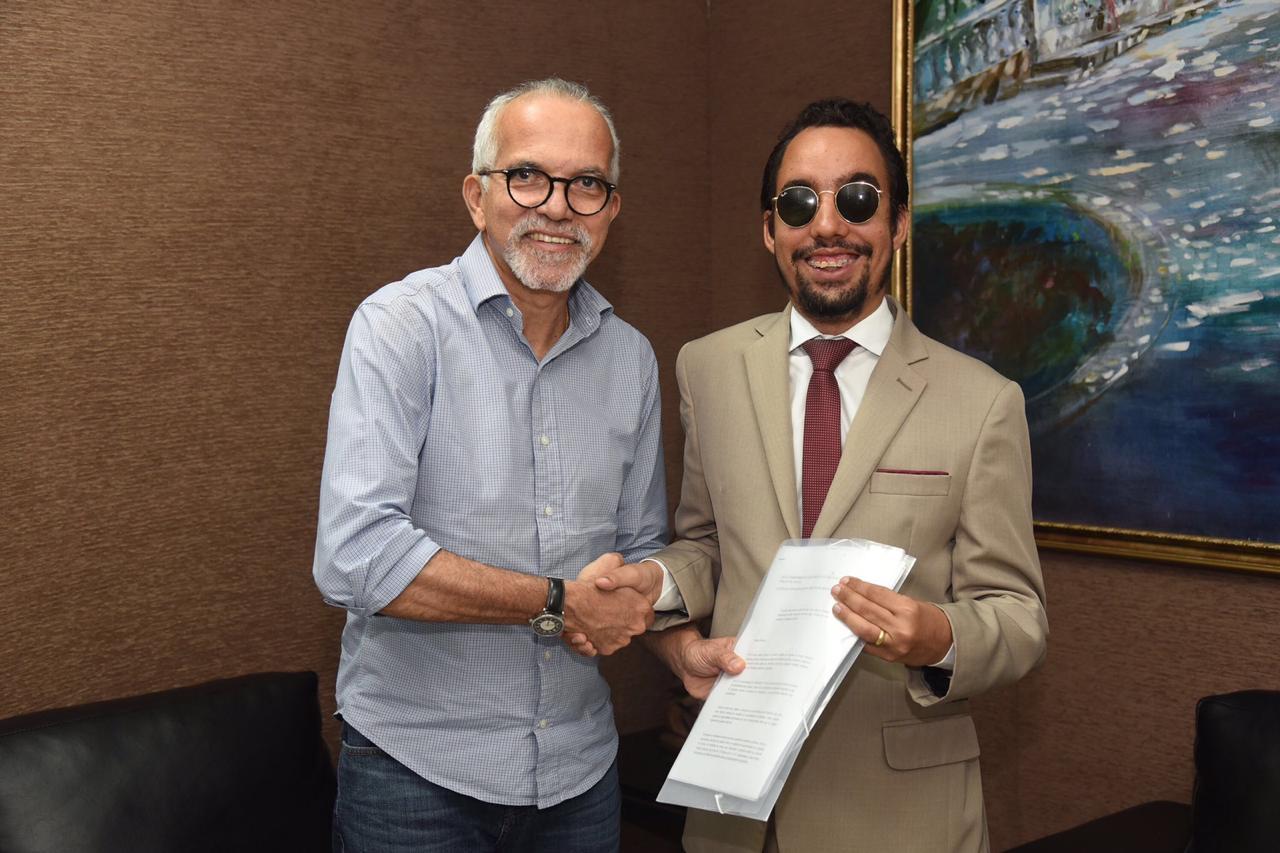 Edvaldo recebe Lucas no Centro Administrativo Aloísio Campos. Foto: PMA