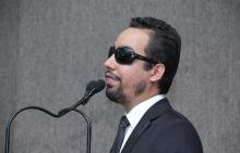 O vereador Lucas Aribé utilizando a tribuna da Câmara para se pronunciar