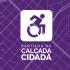 Descrição da Imagem: Mostra o fundo na cor roxa com uma imagem de um cidadão cadeirante em formato de desenho com os dizeres