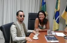 Vereador Lucas Aribé (PSB) sentado à mesa ao lado da secretaria da Assistência Social e Cidadania (Semasc) e vice-prefeita, Eliane Aquino