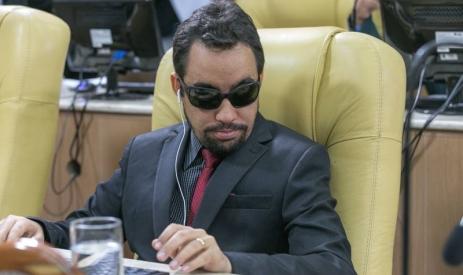 Vereador Lucas Aribé sentado no plenário da Câmara Municipal de Aracaju