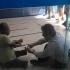 Luis Claudio sentou no chão para atender cliente com deficiência - Reprodução/Isabel Paiva