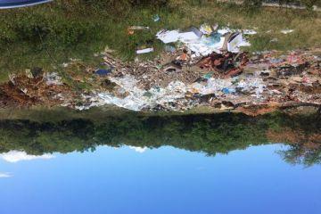 Falta de coleta do lixo no bairro coroa do meio o espaço da foto é para deposita o lixo mesmo mas falta acontecer a coleta. A dengue tá aí.