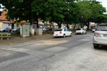 Buraco na rua (praça Teotônio Vilela), próximo da residência de n°343