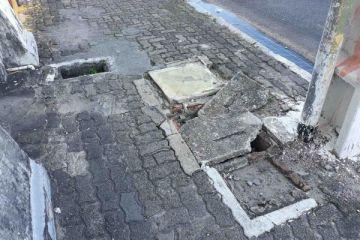 Buracos na calçada impede a locomoção dos pedestres na Av Rio Branco com a travessa Bejamim Constant, podemos chamar de tudo menos calçada.