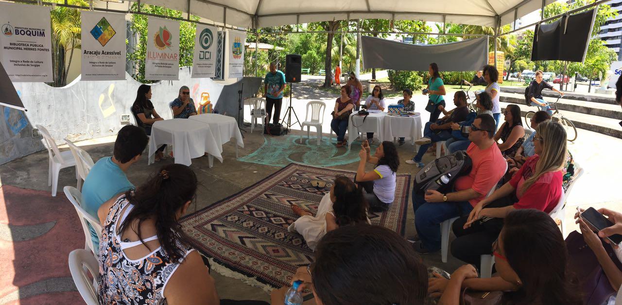 #PraCegoVer - Roda de leitura no Mirante da 13 de Julho