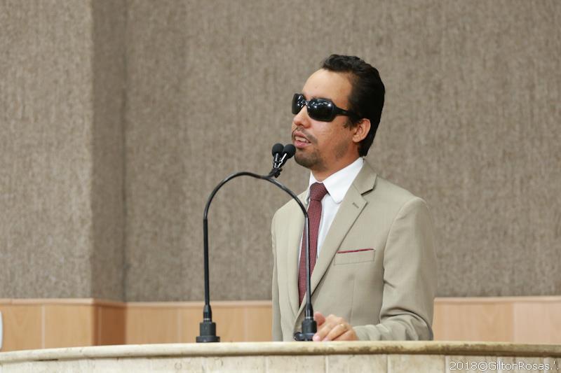 """#PraCegoVer - Lucas Aribé na tribuna: """"Prefeitura quer derrubar a lei no tapetão"""""""