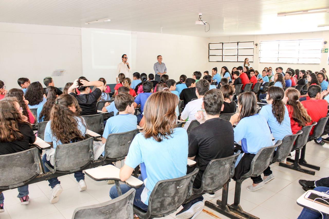 #PraCegoVer: Aribé fala para cerca de cem crianças e adolescentes no Colégio Intellectus