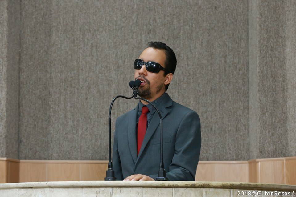 #PraCegoVer: O vereador Lucas Aribé está utilizando a tribuna da Câmara para se pronunciar