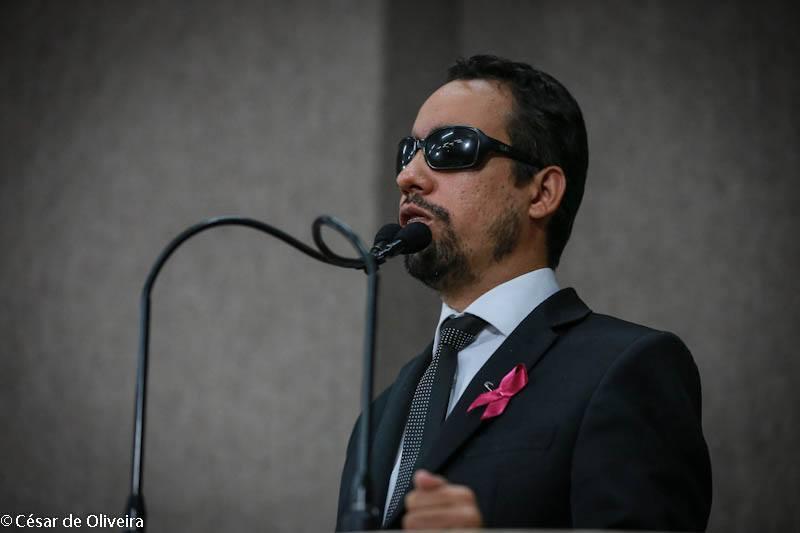#PraCegoVer: O vereador Lucas Aribé está na tribuna da Câmara de Vereadores falando ao microfone