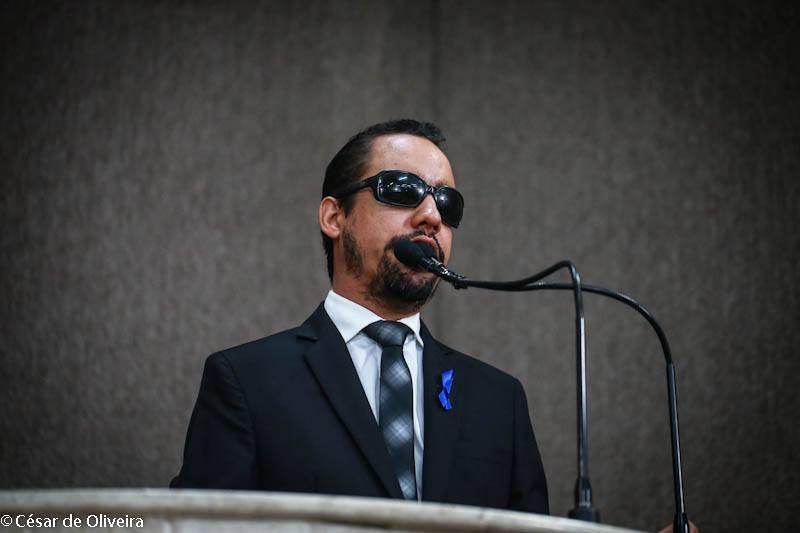 #PraCegoVer: O vereador Lucas Aribé está utilizando a tribuna da Câmara de Vereadores