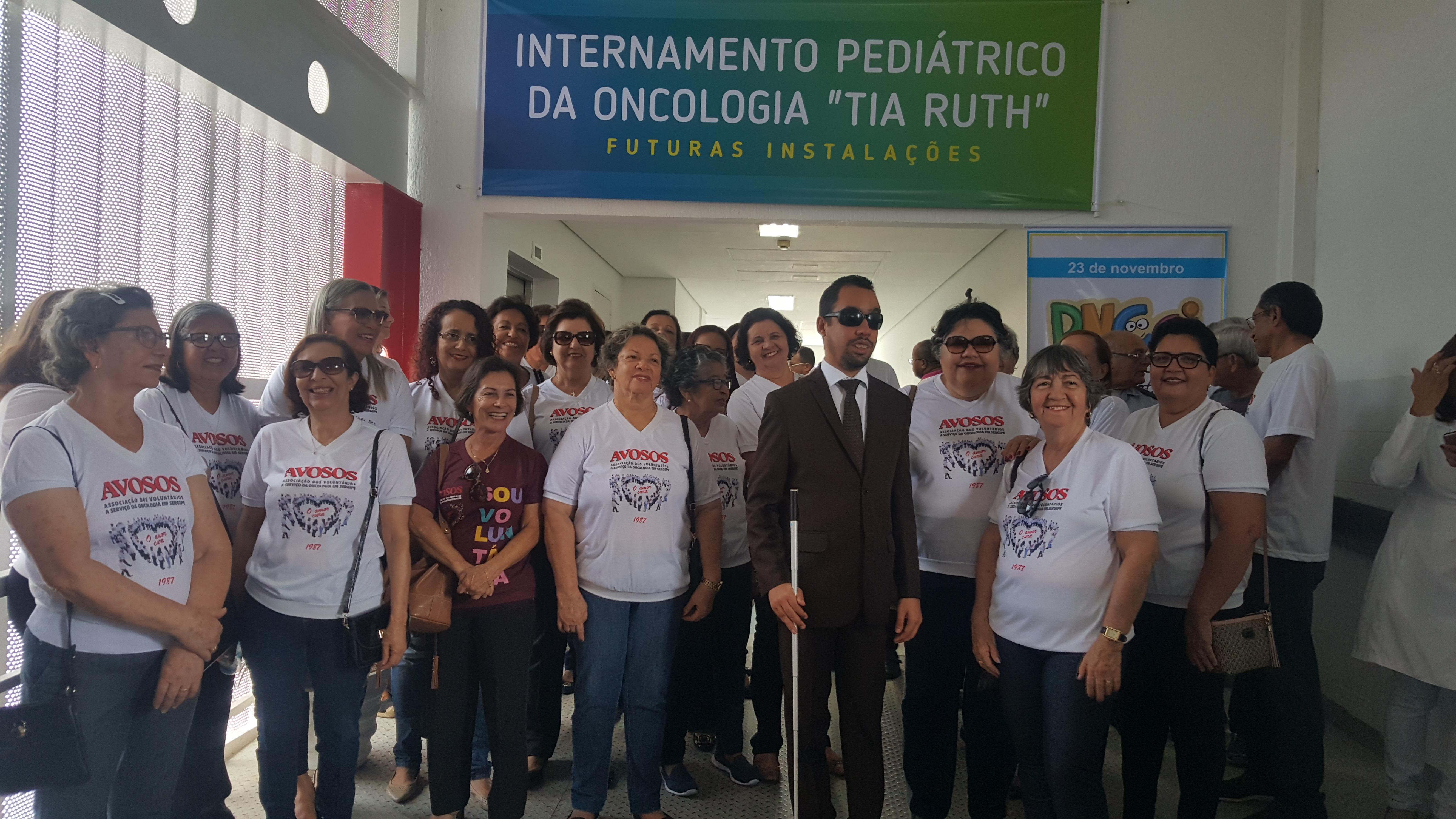 #PraTodoMundoVer: O vereador Lucas Aribé está posando para a foto acompanhado dos voluntários da Avosos