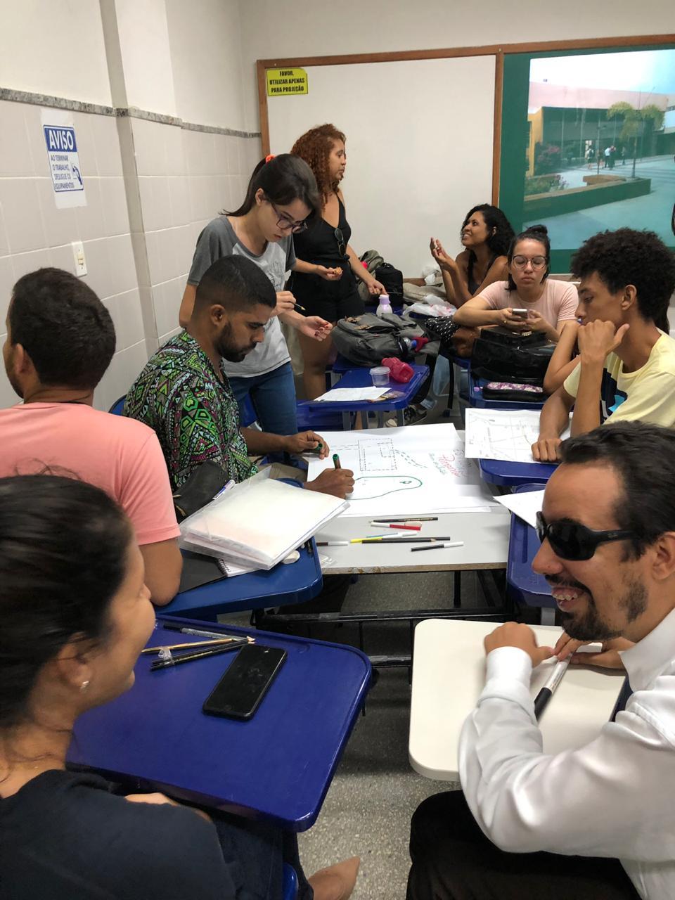 #PraTodoMundoVer: O vereador Lucas Aribé está sentado com alguns participantes do Workshop