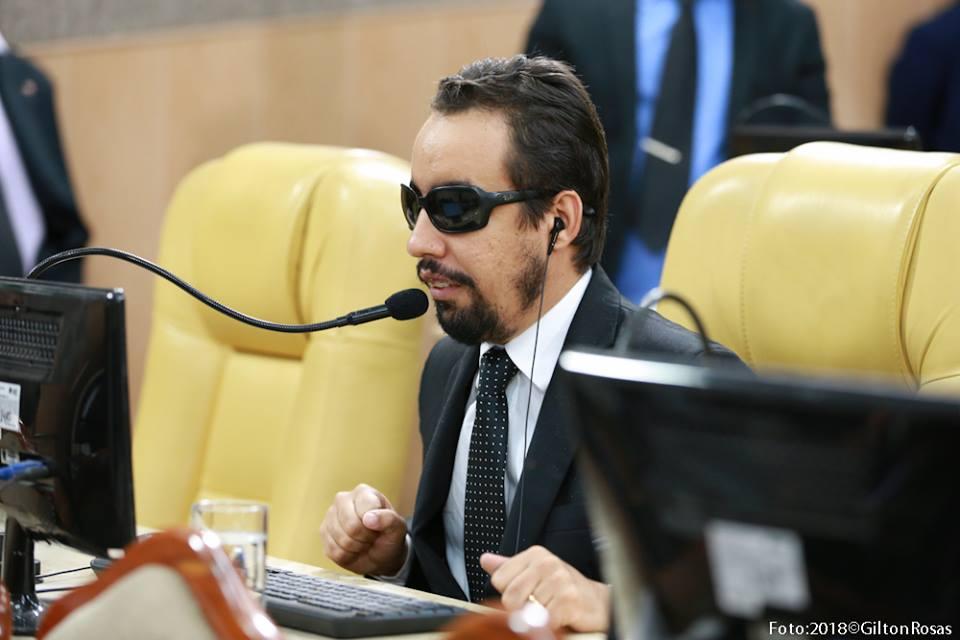#PraTodoMundoVer: O vereador Lucas Aribé está sentado na sua cadeira falando ao microfone