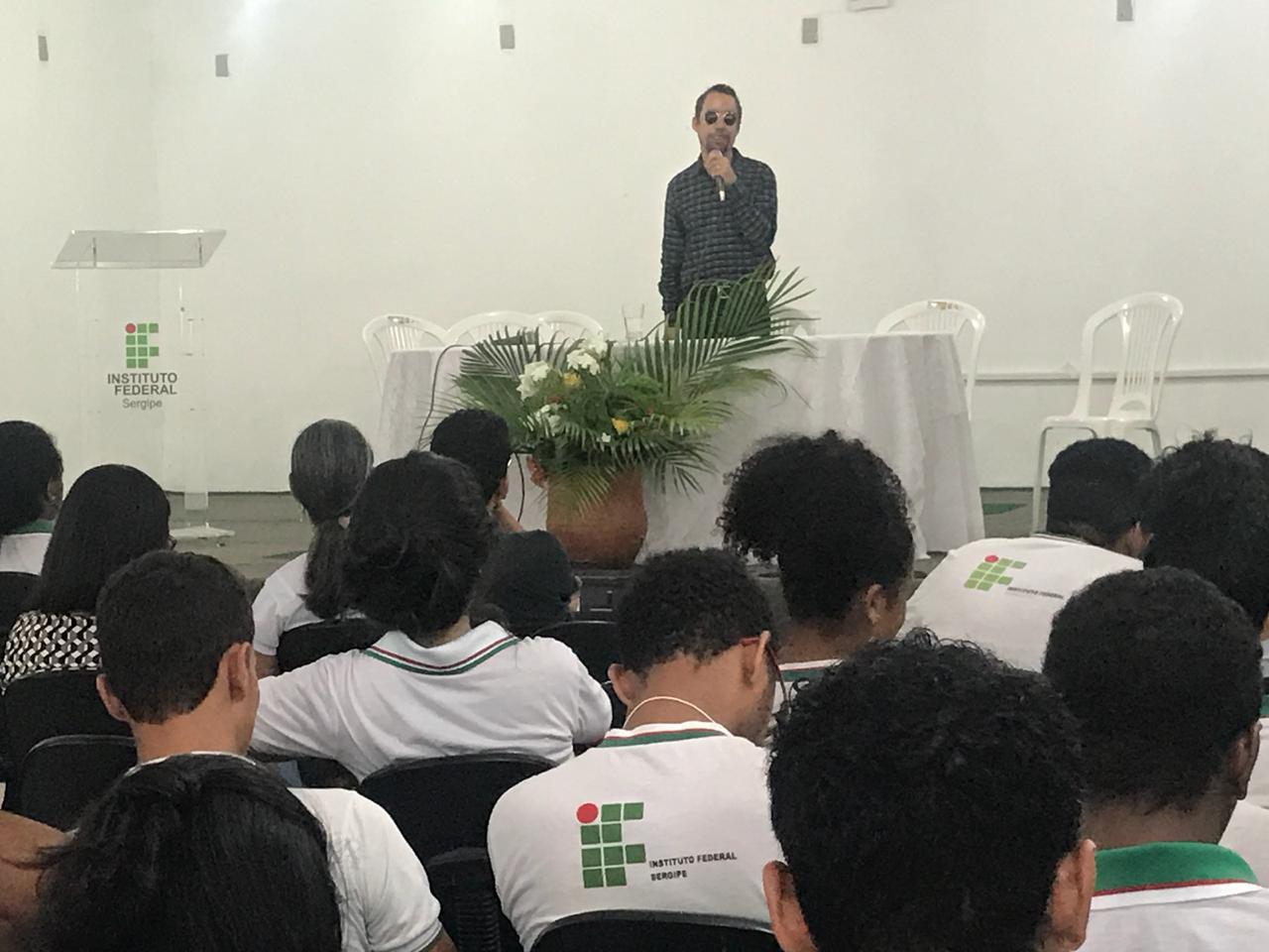 #PraTodoMundoVer Auditório com alunos do IFS durante palestra do vereador Lucas Aribé