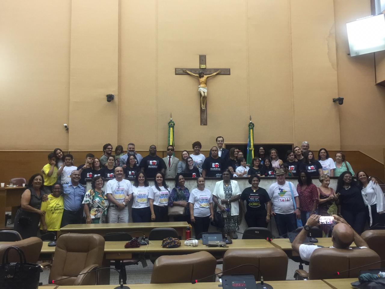 #PraTodoMundoVer Participantes da Audiência posam para foto oficial no plenário da Alese