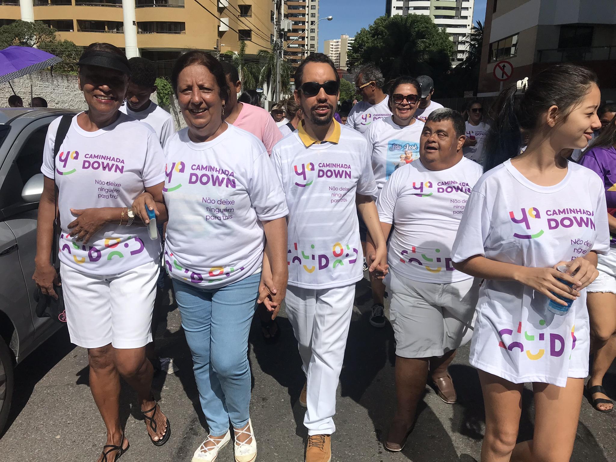 #PraTodoMundoVer Lucas está ao lado dos demais participantes da caminhada vestindo a camisa da ação