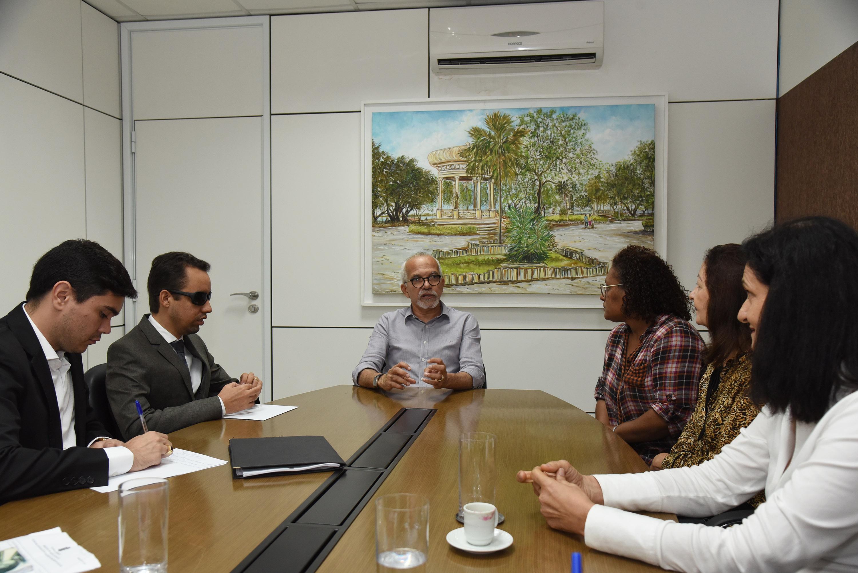 #PraTodoMundoVer Lucas Aribé está sentado à mesa ao lado de Edvaldo Nogueira, diretores do Ipaese e assessores