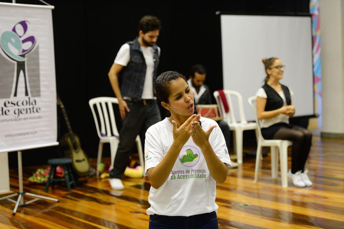 #PraTodoMundoVer Intérprete de Libras sentada em cadeira. Foto: Fernando Frazão/ABR