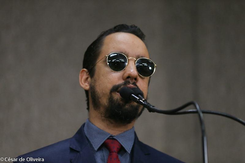 #PraTodoMundoVer Lucas na tribuna da CMA falando ao microfone