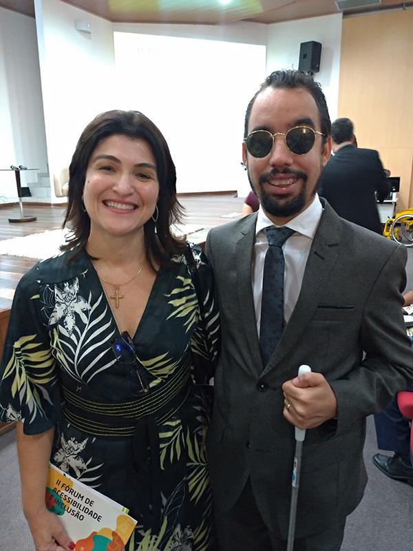 #PraTodoMundoVer Cinthia Lima de Araújo em pé ao lado de Lucas Aribé