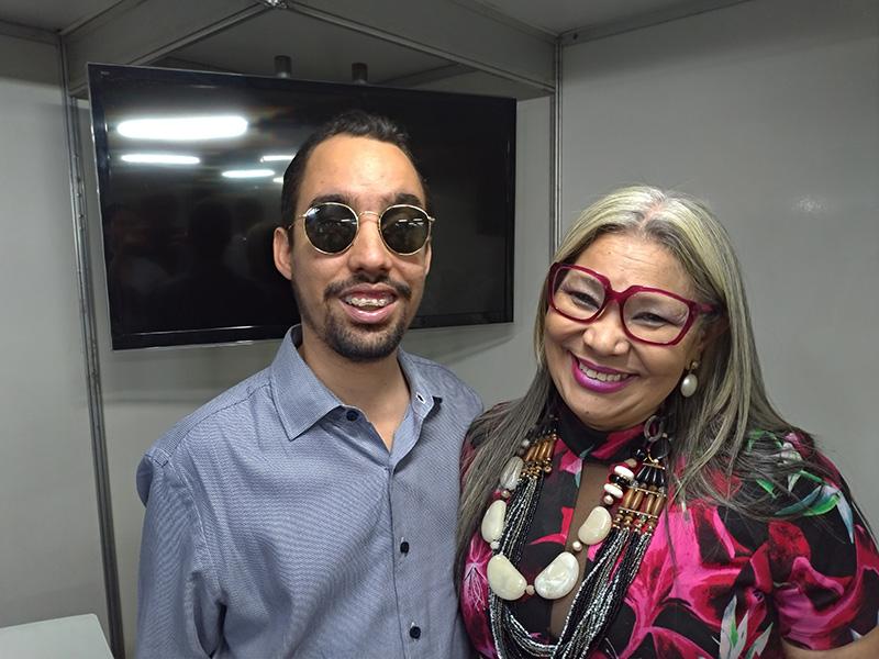 #PraTodoMundoVer Lucas ao lado de Ilenoi Costa Silva; ambos sorriem para a foto