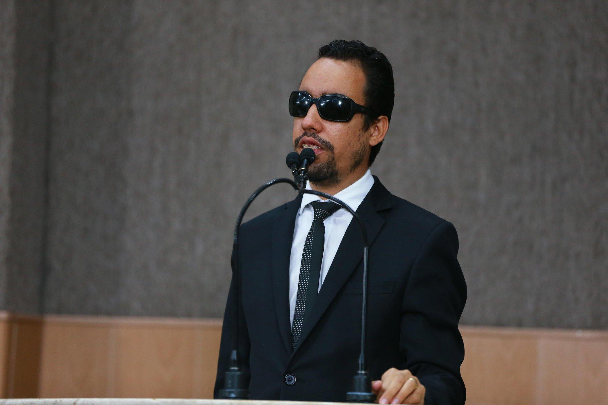 #PraTodoMundoVer Lucas Aribé em pé na tribuna, falando ao microfone. (Foto: César de Oliveira)