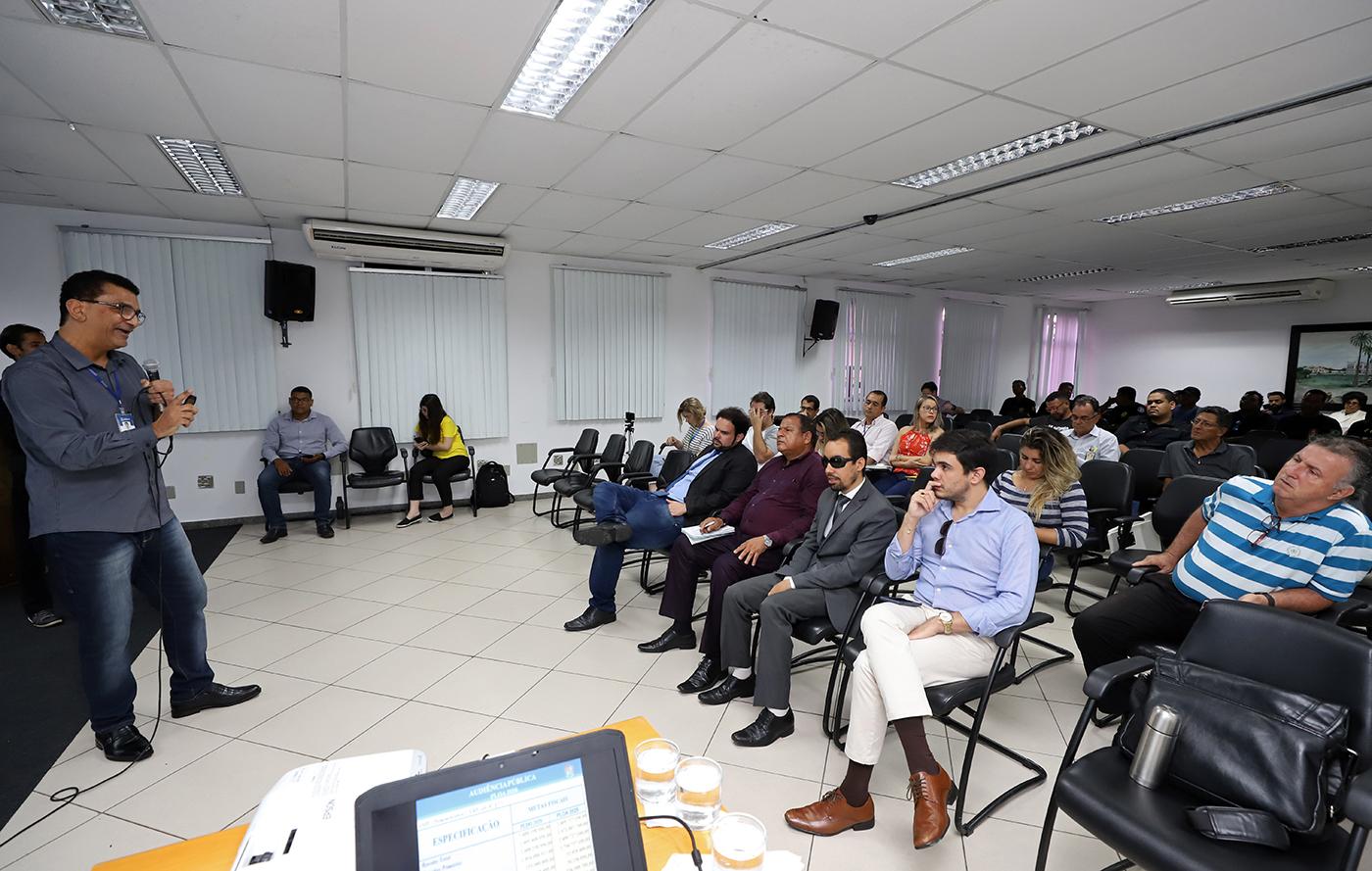 #PraTodoMundoVer Foto no auditório da Prefeitura. Homem em pé à esquerda falando ao microfone. À direita, pessoas sentadas olhando para ele (Fotos: Marcelle Cristinne)