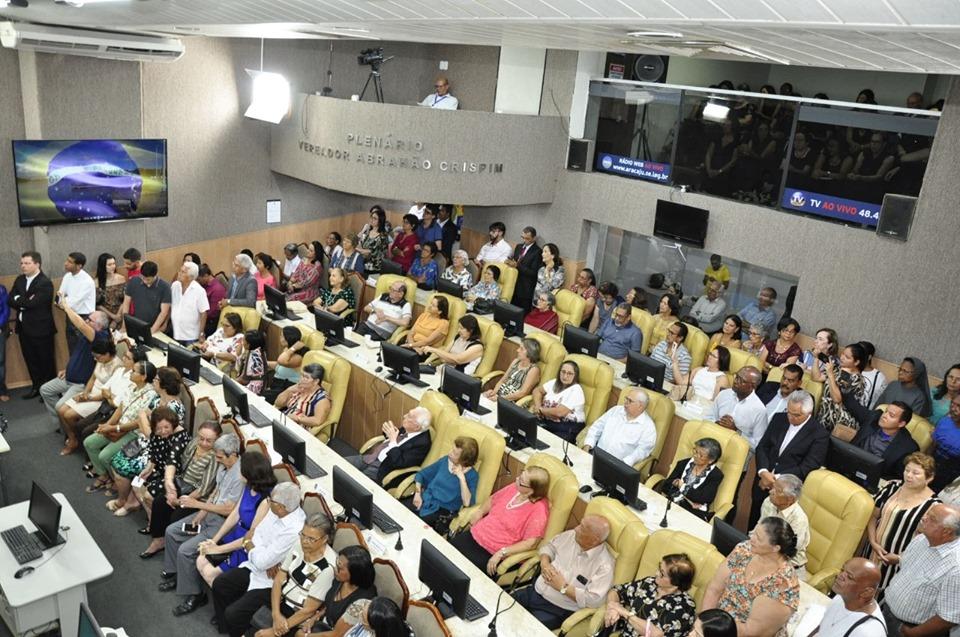 #PraTodoMundoVer Foto com vista do alto mostra plenário da CMA lotado de pessoas sentadas e em pé.