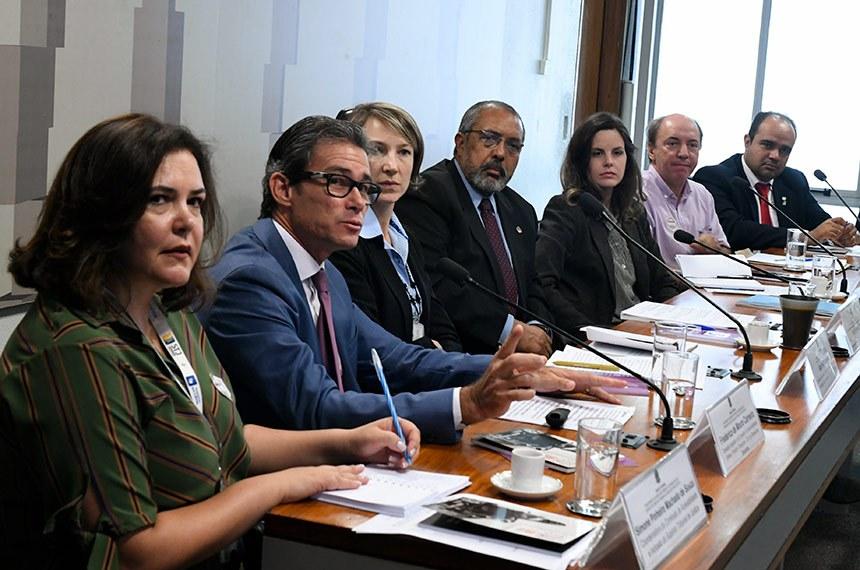 #PraTodoMundoVer Três mulheres e quatro homens sentados em uma mesa. Foto: Edilson Rodrigues/Agência Senado