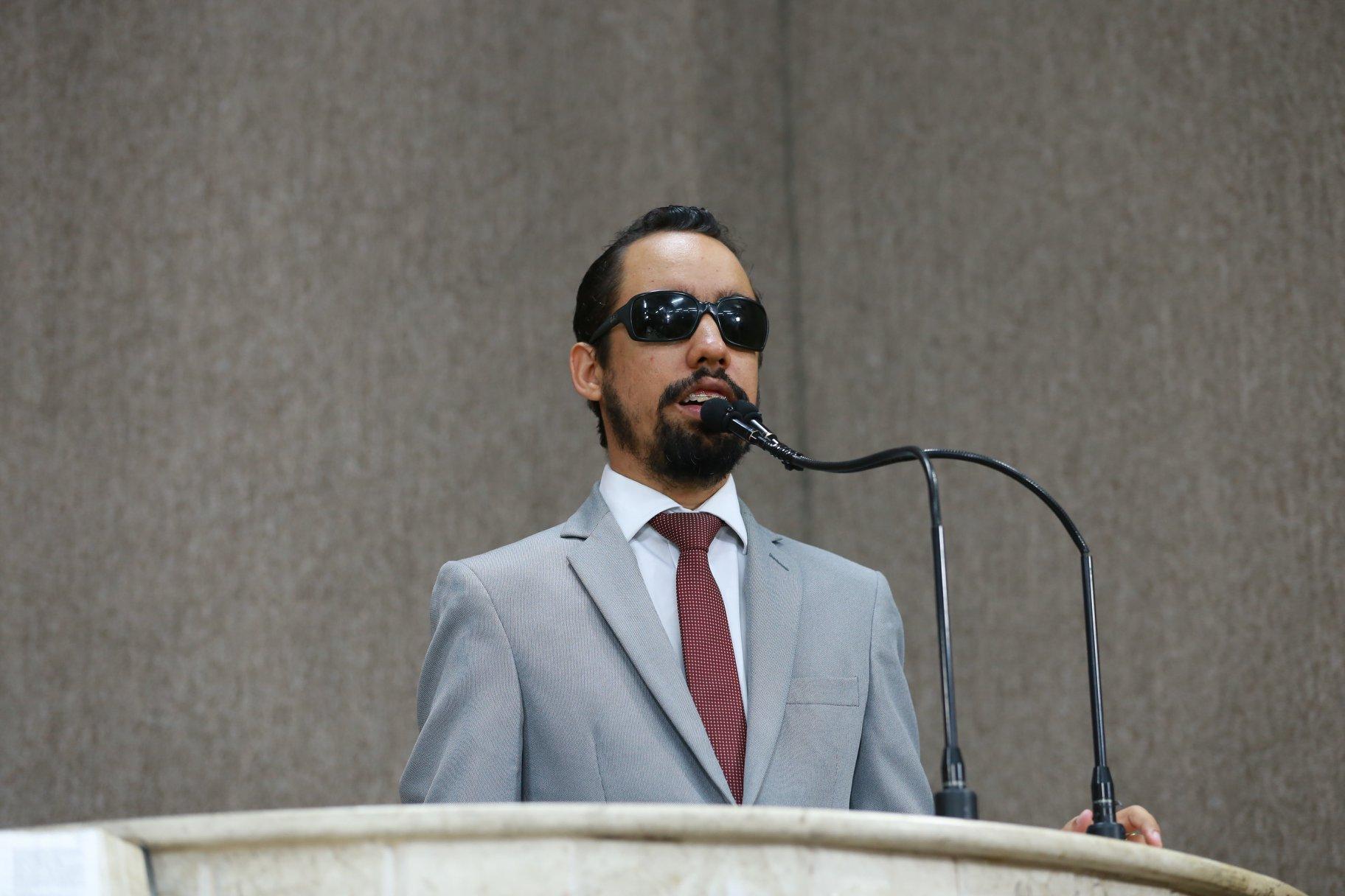 #PraTodoMundoVer Lucas em pé em frente ao microfone na tribuna da Câmara (Foto: Gilton Rosas)