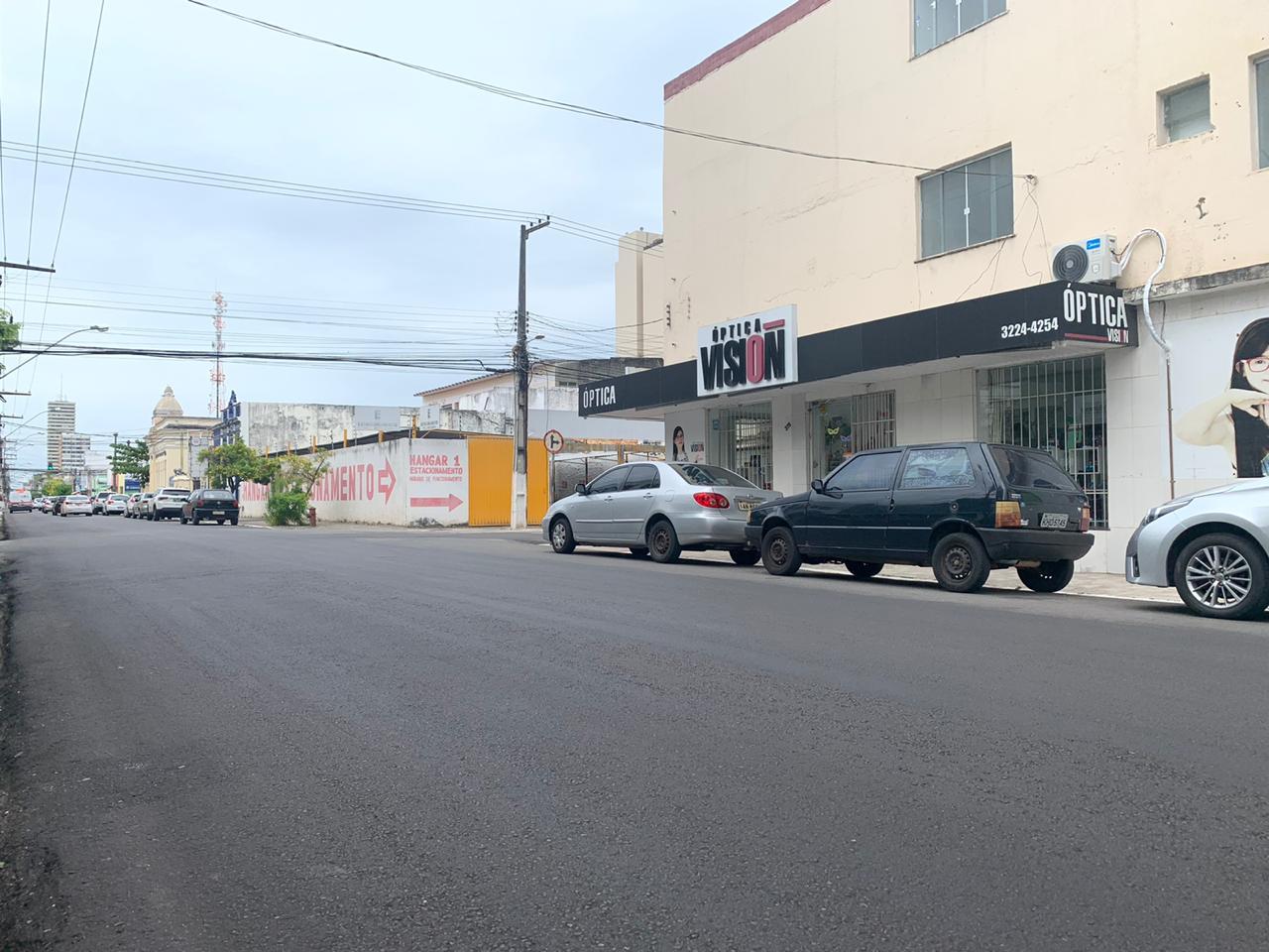 #PraTodoMundoVer Rua recém asfaltada com carros estacionados no acostamento